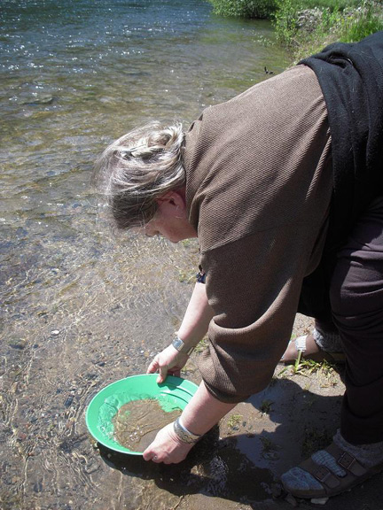 Stephanie shows us how to pan for gold (no, we didnt find any!)